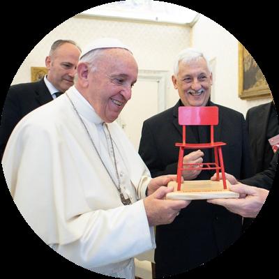 El Papa y la silla roja